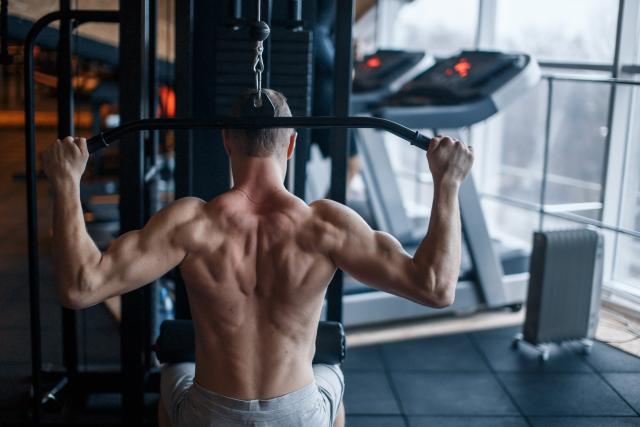 Ejercicios para trabajar los hombros con mancuernas